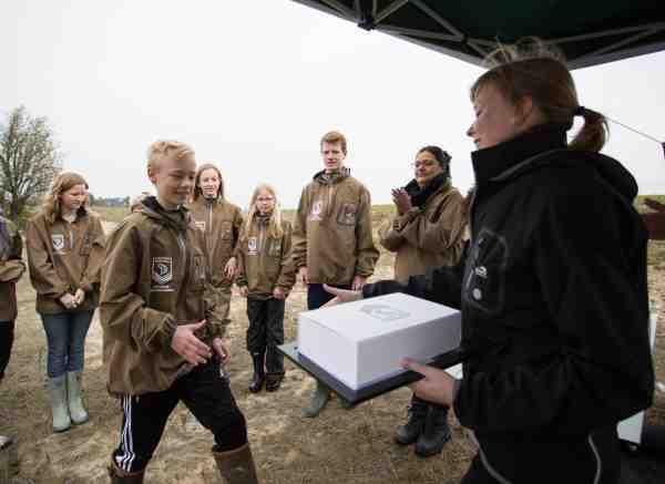 Stolt ØrredPatruljemedlem modtager diplom for at have udført et godt og meningsfyldt arbejde for ørreden.