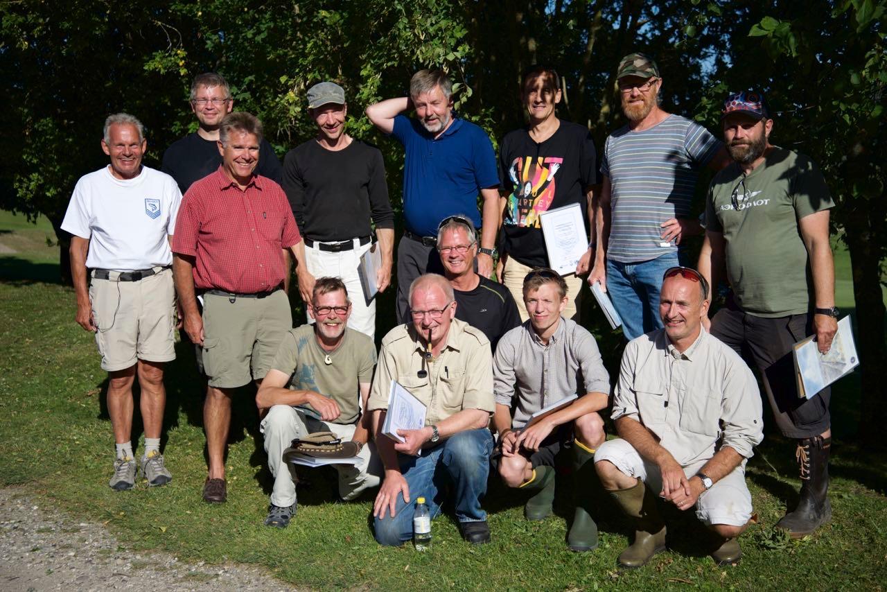 Friskklækkede Ørredpatrulje-instruktører fra bakken. Det er en god blanding af kommunefolk, frivillige fra sportsfiskerforeningerne og skolelærere.