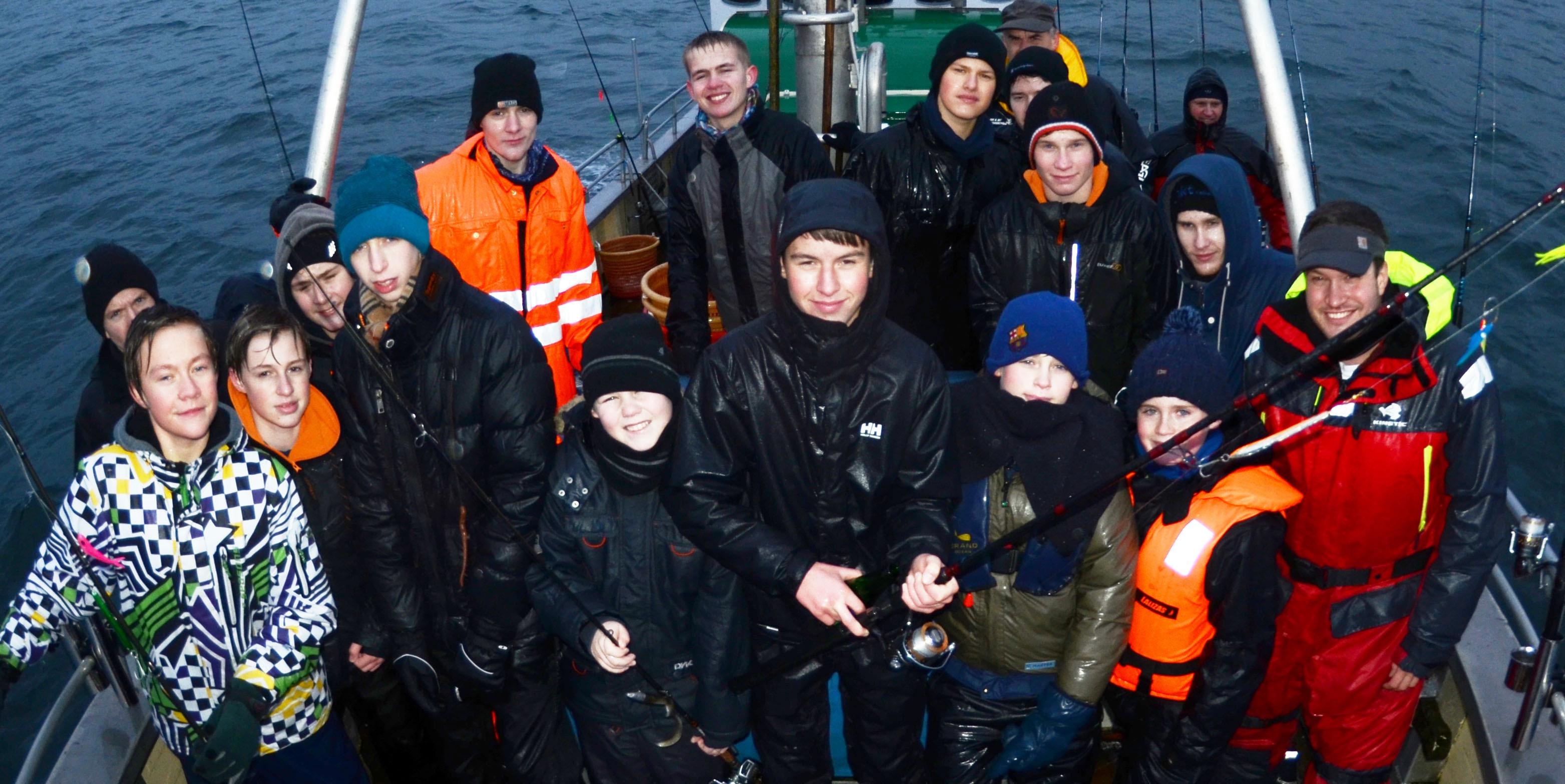 De unge blev både våde og kolde - men gå på modet, humøret og fiskelysten var konstant i top.