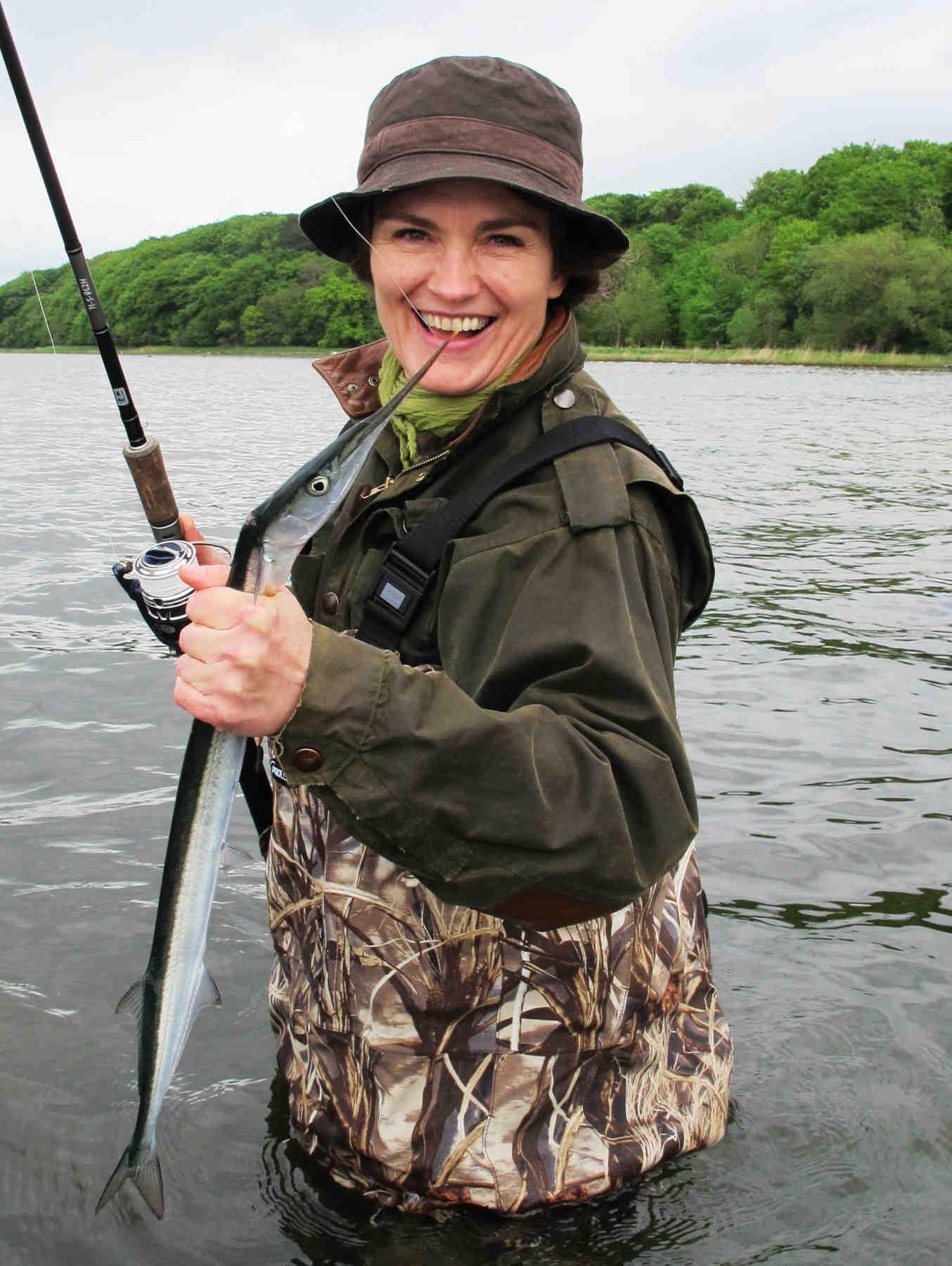 Selvom dette er Grethe Saabyes første fisk, ligger det i familien.  Grethe er nemlig gift med barnebarnet til den kendte lystfiskerforfatter og maler, Svend Saabye.