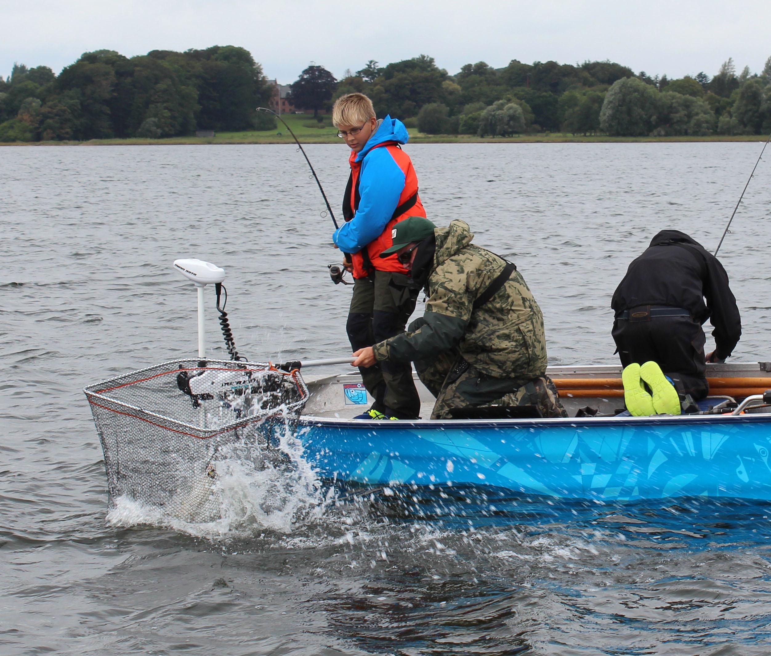 Gordon hjælper Mathias med at lande sin nye PR-gedde. Praktikarbejdet for bedre fiskebestande samtidig med vi motiverer nye generationer af lystfiskere er fantastisk. Foto: Henrik Larsen
