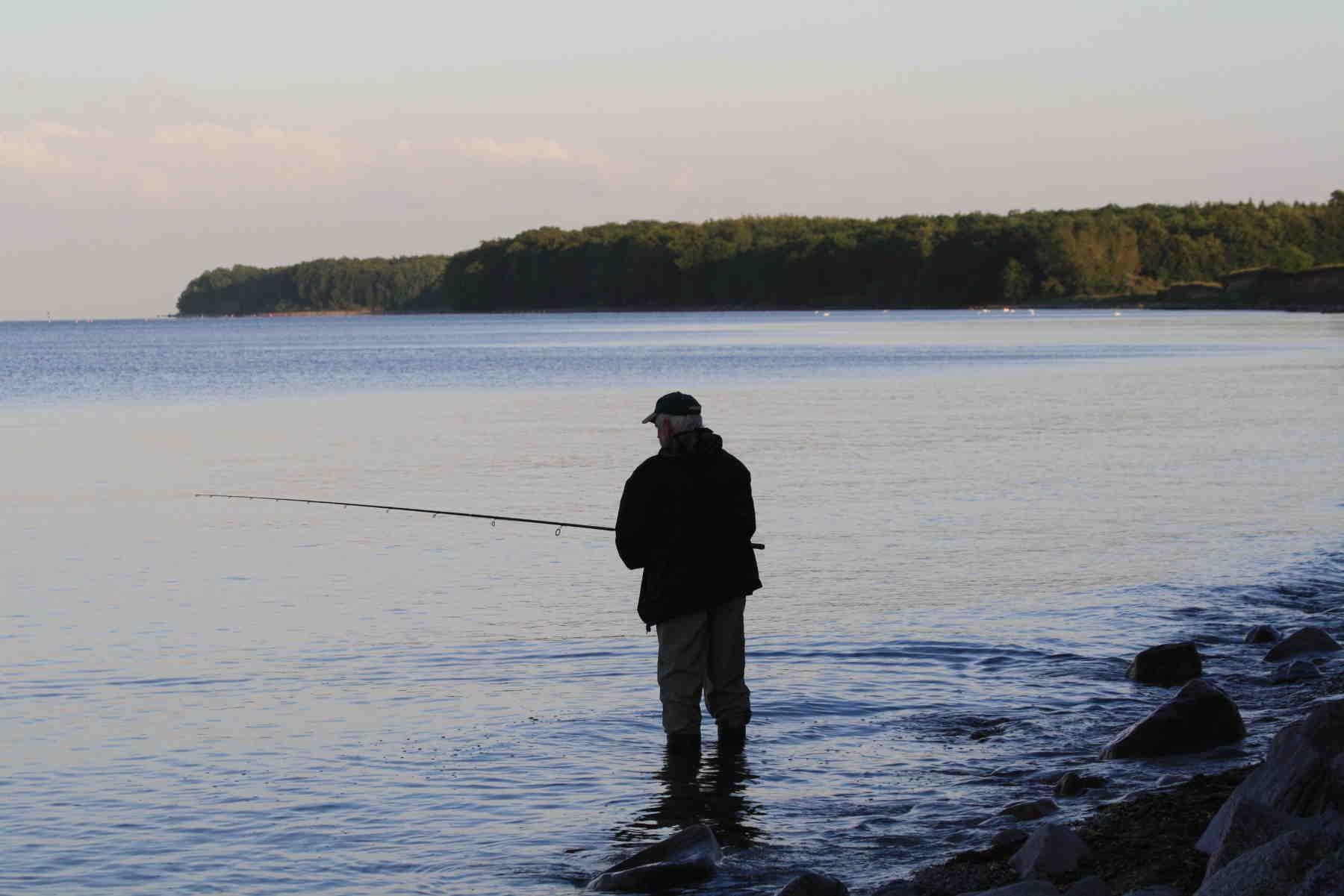En lystfisker drømmer om havørred ved Skydebanen på Falster østkyst. Foto: Rasmus Juel Ditlefsen.