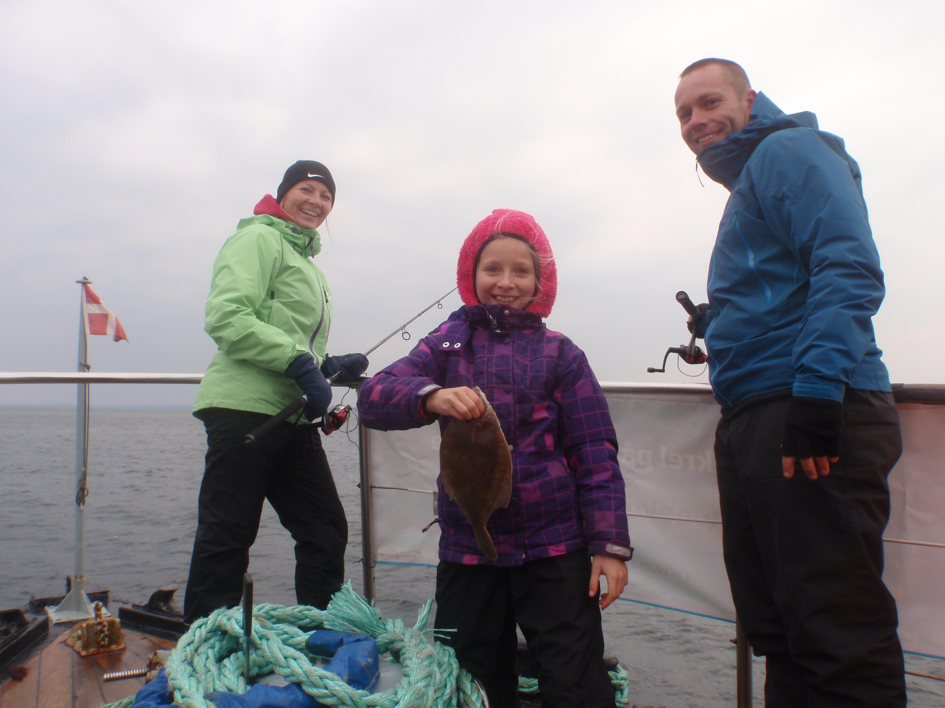 Ni glade familier på fisketur på Marianne F. Alle på turen fisk fisk med hjem og fik en fantastisk oplevelse med fiskeriet.