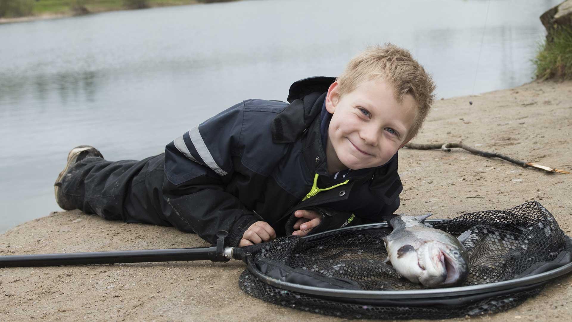 dagens-gladeste-fisker-tager-en-slapper-efter-en-ha%cc%8ard-fight-iglekaer-2017