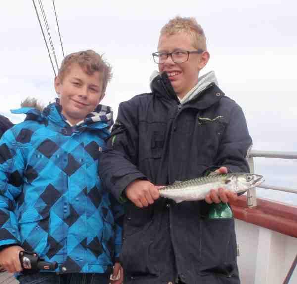 drenge med makrel