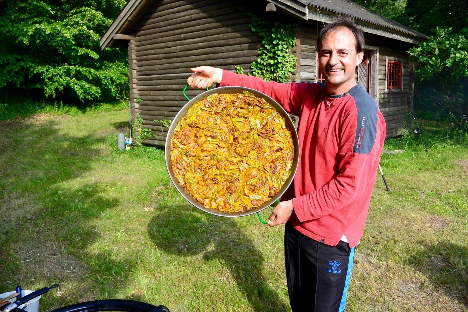 Luis (kokken) i fuld gang med den spanske mad (tapas, paella), som vi skulle hygge os med inden det gik helt i fisk!